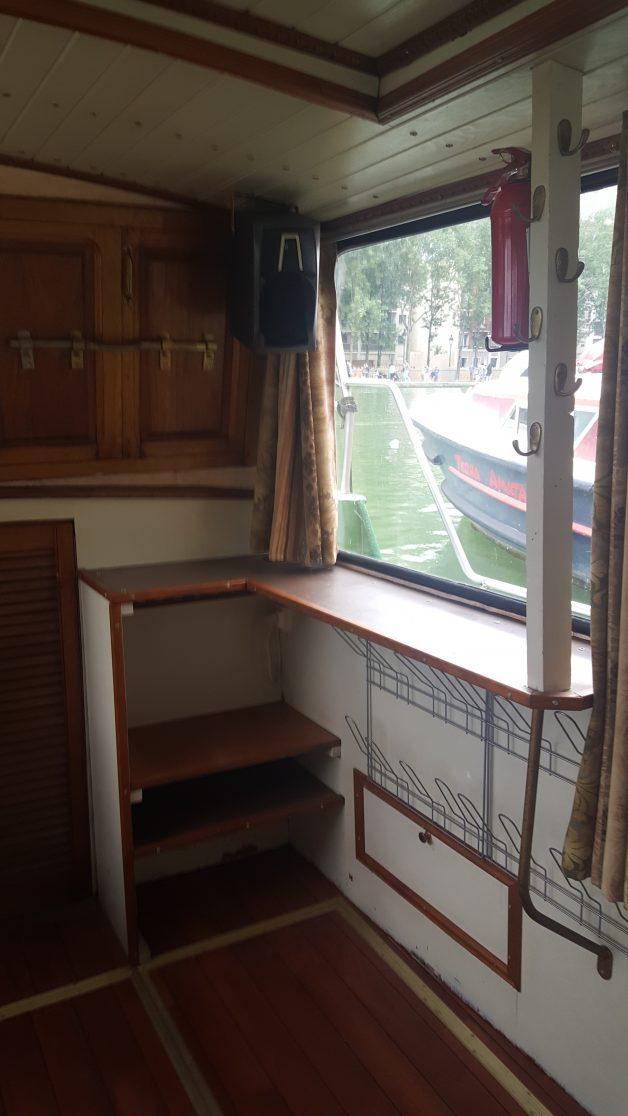 Timonerie arrière droit - petit bureau - étagères - rangements chaussures - accès pont arrière